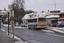 Autobusové zastávky rozházené na několika místech. Nepřehledné. Problém, zejména pro turisty nebo přespolní cestující. Ti často nevědí, ze které zastávky jim v Kunštátu odjíždí autobus. Na tento problém poukázalo ve třítisícovém městě proslaveném keramiko
