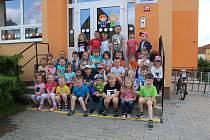 Společná fotografie dětí navštěvujících 2. mateřskou školu ve Velkých Opatovicích.