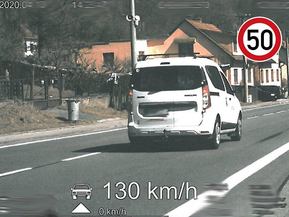 Obcí Skrchov na Blanensku se řidič proháněl rychlostí 130 kilometrů za hodinu.