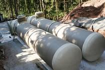 V Cetkovicích na Blanensku staví nový vodojem. Moderní sklolaminátové tubusy nahradí již špatně funkční původní vodojem. Celá akce i s čtyř a půl kilometrovým potrubím bude stát patnáct milionů. Obec přispěje třemi miliony.