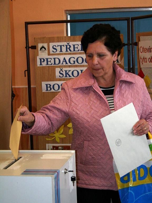 Hlasování do městského zastupitelstva a senátu v prvním boskovickém volebním okrsku na střední pedagockém škole.