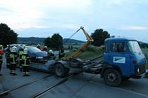 Silnici mezi Borotínem a Cetkovicemi zablokovala ve středu po osmé večer nehoda osobního auta a nákladního vlaku.