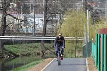 NA KOLE NEBO PĚŠKY? Nový úsek cyklostezky u řeky Svitavy.