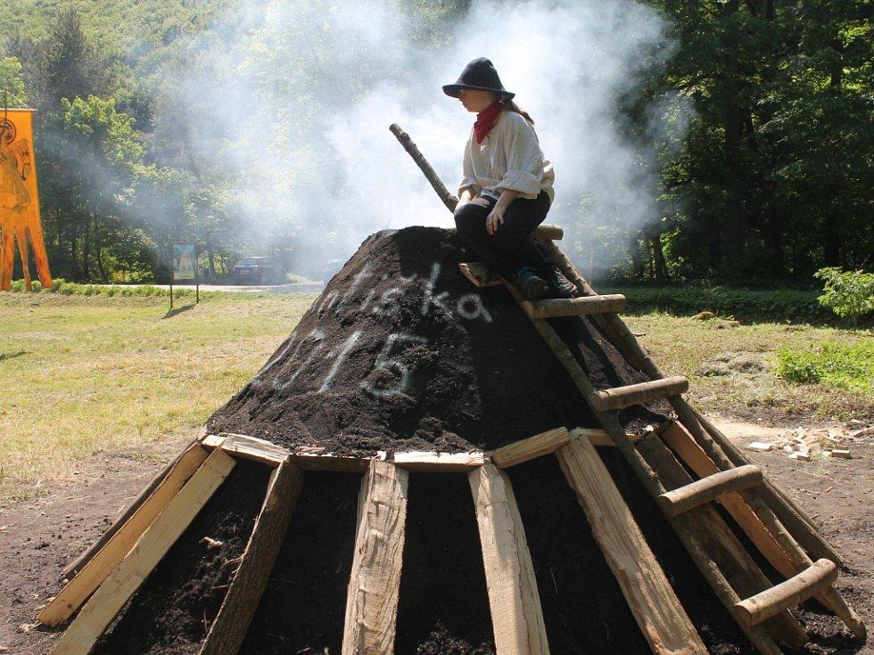 U Staré hutě v pondělí uhlíři zapálili milíř.