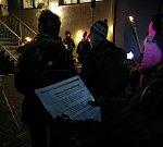 """Báječná atmosféra panovala ve středu večer v Klepačově, kde na loučemi osvětlené nádvoří Centra Velan přišlo zhruba šedesát lidí. """"Moc se mi to líbilo a příští rok přijdu zas. Koledy orámoval poprašek sněhu a nálada byla super předvánoční,"""" uvedl místní."""