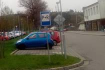 Parkoviště u blanenského nádraží.  Ilustrační foto.