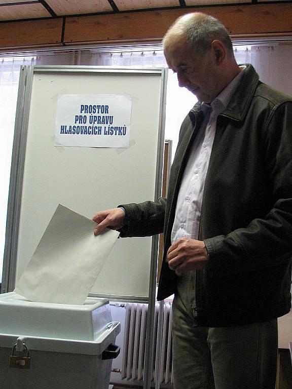 Mezi prvními ve volební místnosti v Katolickém domě v Blansku volil kandidát na starostu města za ODS Jiří Crha.