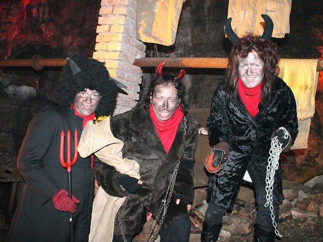 V jeskyni Výpustek strašili čerti a dárky rozdávala mikulášská družina.