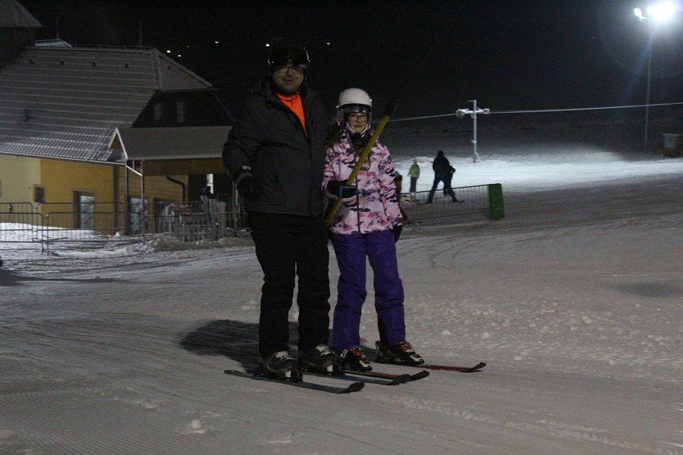 Na Blanensku už také začala lyžařská sezona. V Olešnici v pátek ve čtyři hodiny odpoledne spustili v tamním ski areálu kotvu a dětský vlek. I když na lyžování nebyly ideální podmínky a upravená je zatím jen část sjezdovky, desítkám lidí to vůbec nevadilo.