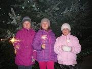 Osmasedmdesát zpěváků včetně dětí napočítali při zpívání koled u vánočního stromu v Suchém. Akci tam organizovala knihovna a mateřská škola. Pod vedením knihovnice Růženy Kolářové si děti ještě před zpíváním vyráběly vánoční přáníčka.