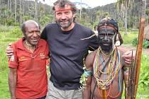Milan Daněk s domorodci na Nové Guinei. Vlevo na snímku je jeho dávný přítel Senkjů, který mu v pralese zachránil život.