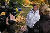 Natáčení pořadu Reflex se v nové Smyslové zahradě před jeskyní zúčastnili i žáci Základní školy v Kunštátě.