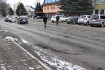 Dělníci před zimou nedokončili opravu silnice v Jedovnicích. Přes zákaz vjezdu stavbou projíždějí i řidiči z okolí