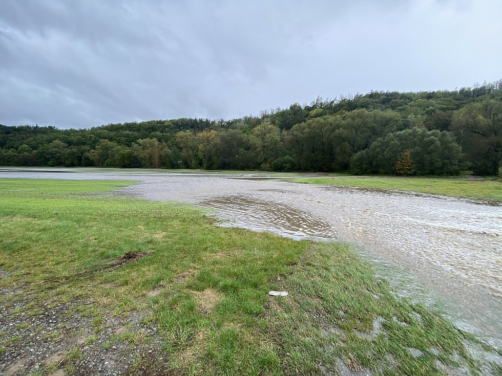 Rozlitá řeka Svitava v obci Lhota Rapotina.