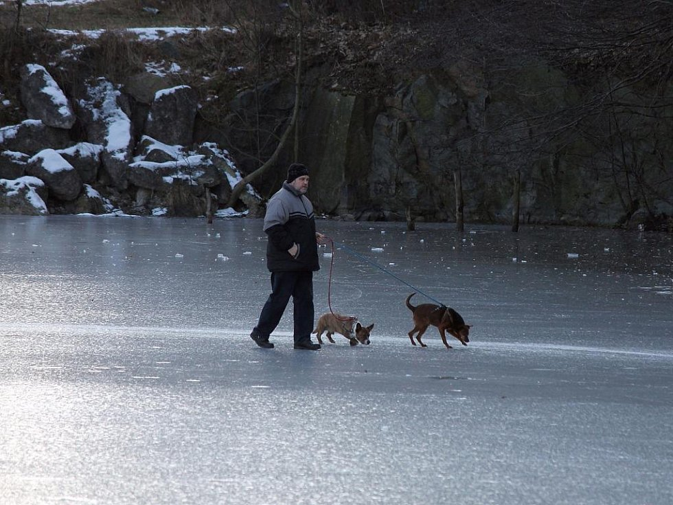 Velký mráz v posledních dnech na hladinách rybníků a přehrad v Blansku a okolí tvoří silné vrstvy ledu. Není divu, že lidé nazouvají brusle a vyrážejí brázdit přírodní kluziště bez mantinelů.
