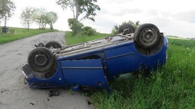 Muž pod vlivem alkoholu usedl za volant své Škody Fabia a vyjel mimo silnici. Následně strhl řízení a dostal se do smyku, při kterém došlo k nárazu do stromu, od kterého se odrazil a převrátil auto na střechu.