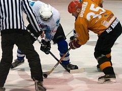Hokejisté HC Blansko (v oranžovém) oplatili městskému rivalovi Dynamiters B porážku z úvodu sezony. Tehdy prohráli 1:5. V sobotu svého soupeře přestříleli 4:2.