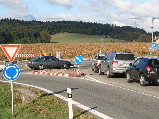 Provizorní kruhový objezd vLipůvce zpomalil provoz. Ubylo těžkých nehod, ale řidiči se nyní musejí potýkat s dlouhými kolonami. Jak ve směru na Brno a Svitavy, tak také na Blansko.