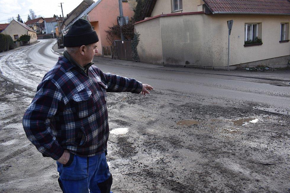 Olomučany jsou kvůli stavbě nové kanalizace a opravě vodovodu už tři čtvrtě roku rozkopané. Místním kvůli špíně a neukázněným řidičům dochází trpělivost.