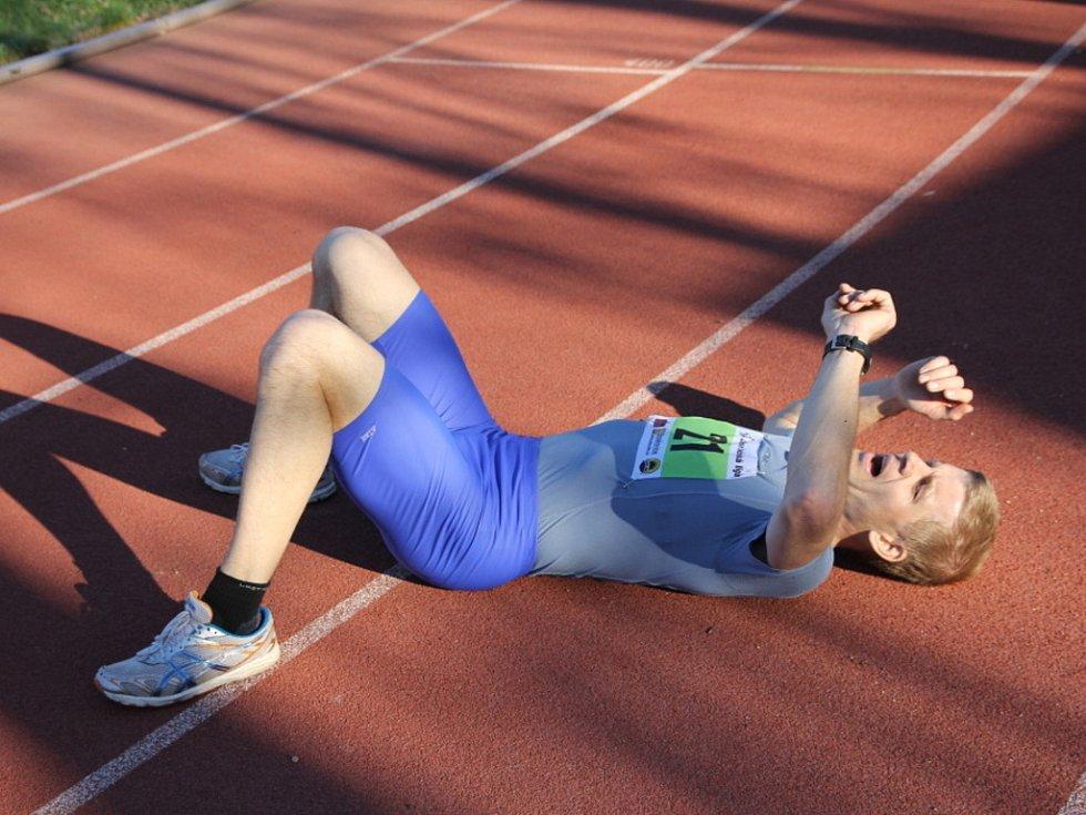 Pátý závod Okresní běžecké ligy – Jarní pětka na dráze – startoval symbolicky v pět odpoledne. A překonal rekordy v nejlepším zaběhnutém čase i počtu účastníků.