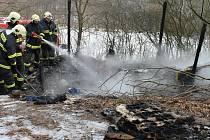 POŽÁR BÝVALÉ VARNY. V blanenské ulici Pod Strání v úterý odpoledne hořelo. U lesa lehla popelem dřevěná chatrč. V té se v minulosti vařily drogy.