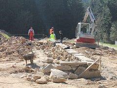 Práce na stavbě památníku v areálu Žalov.