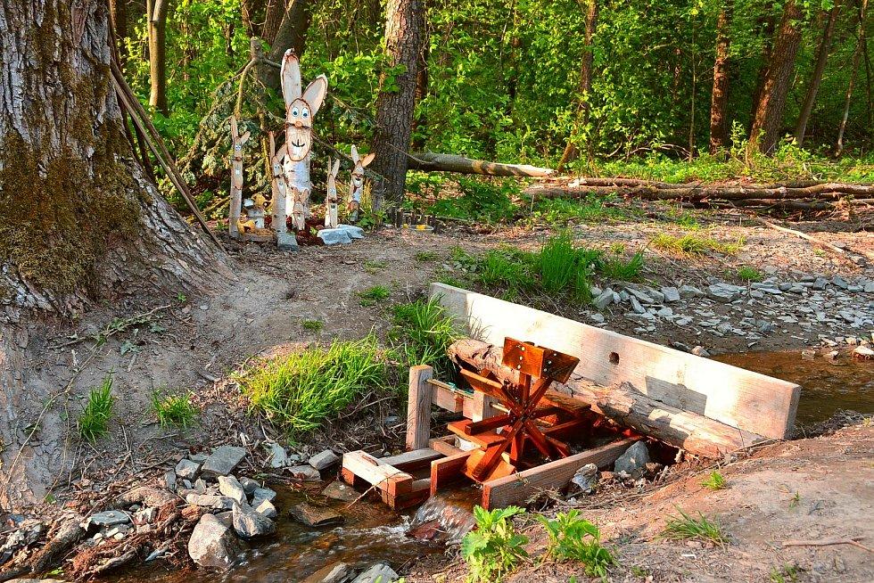 Vodní mlýnek v potoku za Ostrovem.