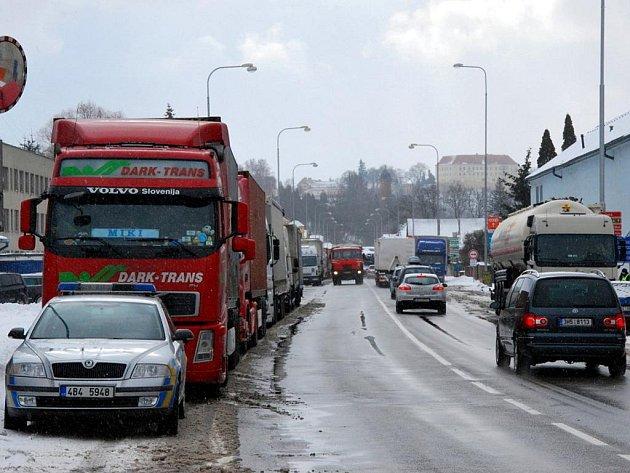 Kvůli sněhové kalamitě uzavřeli policisté ve čtvrtek dopoledne úsek na státní silnici I/43 z Letovic do Svitav. Pro nákladní auta a kamiony.