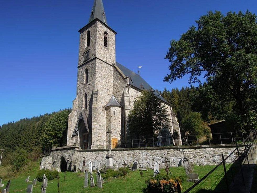 Smírčí kříže a kameny připomínají dávné tragédie a zločiny. V obci Horní Údolí vypráví legenda o zakopané ruce a tajemné síle.