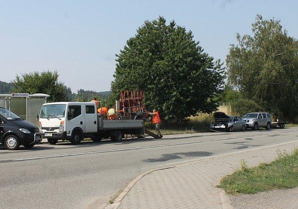 Dopravní nehoda osobního auta Kia spřívěsným vozíkem zablokovala ve středu na hodinu a půl tah zBlanska na Brno. Došlo kní před devátou ráno poblíž autobusové zastávky ve Svinošicích.