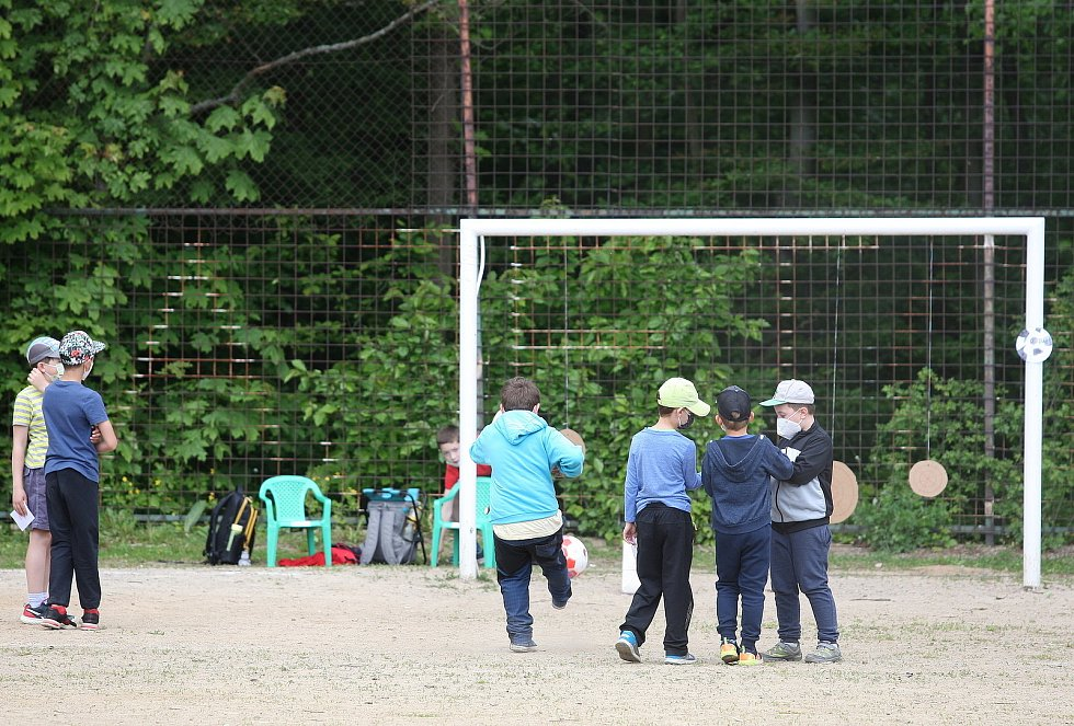 Vedle adamovské základní školy v ulici Ronovská bylo v úterý dopoledne pořádně živo. Aby ne, když tam žáci ze čtvrté třídy připravili pro své mladší kamarády na Den dětí spoustu zábavy.
