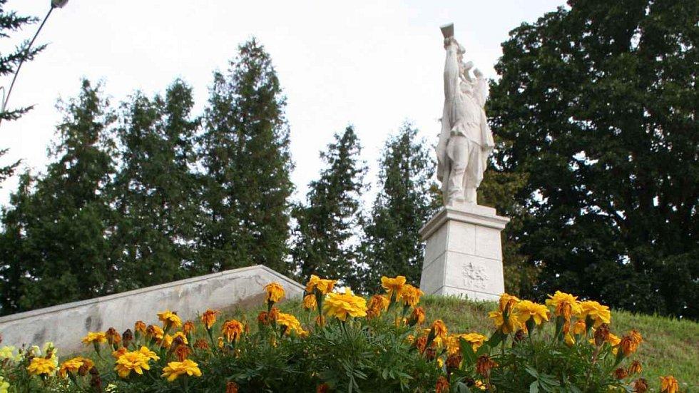 RUDOARMĚJEC V PARKU. Sochu Rudoarmějce Blanenští slavnostně odhalili 8. května 1955. Jako připomínku osvobození města Rudou armádou. Socha v okresním městě vydržela do současnosti. Před deseti lety prošla generální opravou.