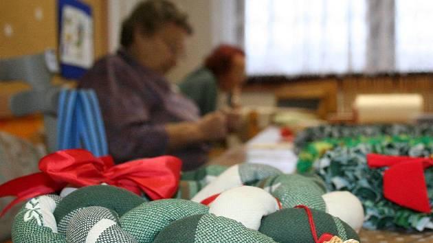 Adventní věnce, vánoční a novoroční přání, pestrobarevné hvězdy. V blanenském Senior centru jsou přípravy na vánoční svátky v plném proudu.