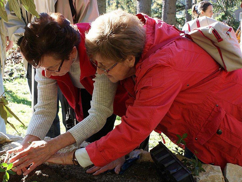 Zasazením prvních rostlin, konkrétně barvínku a dobromysli, dali v sobotu nevidomí základ smyslovým záhonům v areálu Jeskyně Blanických rytířů v Rudce u Kunštátu.