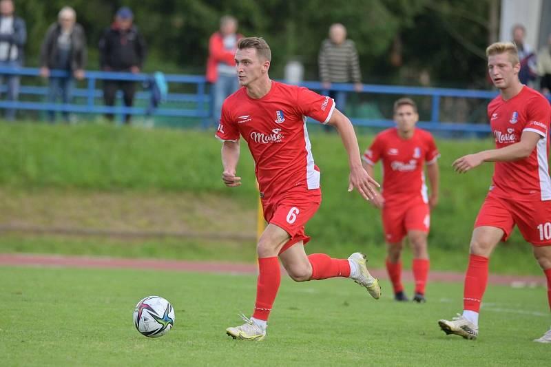 Fotbalista Václav Minařík (v červeném) odešel v létě z Líšně na půlroční hostování do třetiligového Blanska.