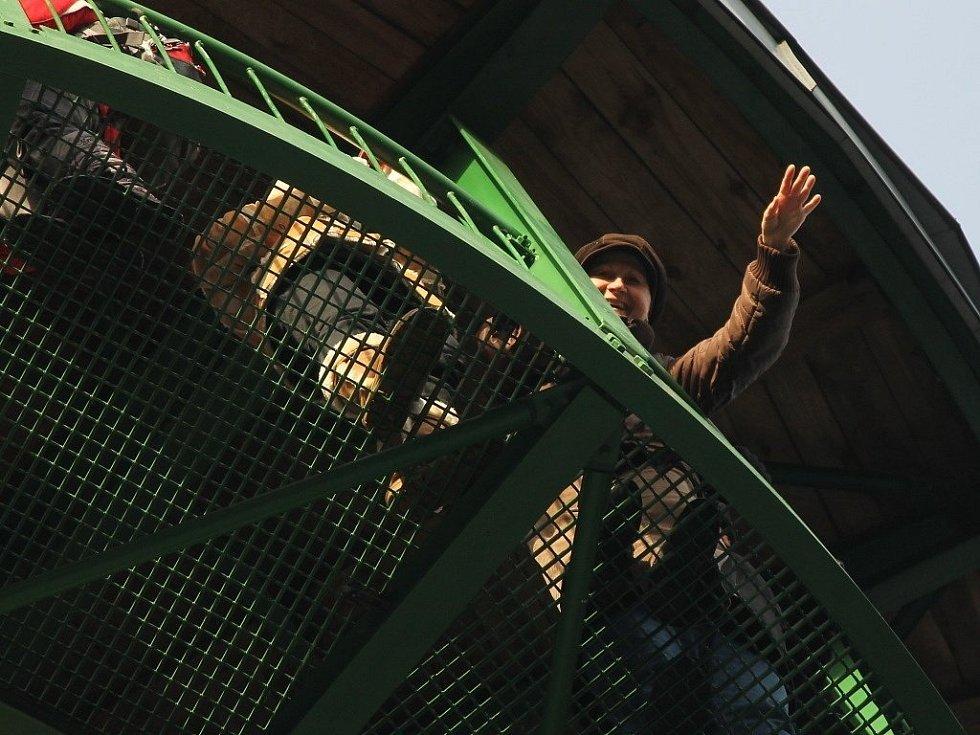 Po kovovém schodišti veselické rozhledny Podvrší stoupaly v pondělí od desíti dopoledne zástupy lidí. Po sto osmašedesáti schodech vzhůru na ochoz. Tam na turisty čekala ve výšce dvaatřiceti metrů nádherná, prosluněná vyhlídka do kraje.