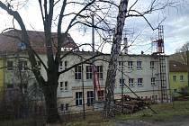 Dělníci se v těchto dnech pustili do rozsáhlých úprav budovy adamovské školy v ulici Ronovská. Za třicet milionů korun.