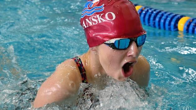 Hlavní závody Velké ceny Blanska v plavání, polohovou dvoustovku, vyhráli Barbora Kahajová z Kroměříže a domácí Jan Vencel.
