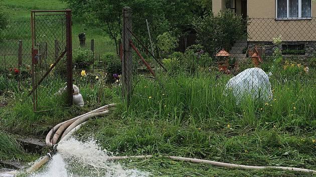 Ve Svitávce zahrozil po vydatných deštích nejvíce tamní potok Semič, který se ze středy na čtvrtek vylil ze břehů.