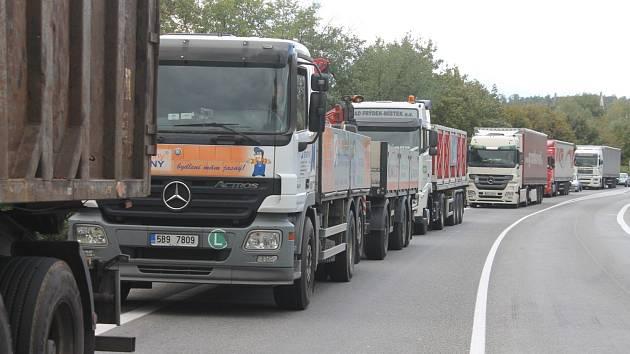 Kvůli nehodě dvou nákladních aut byla v úterý odpoledne asi na tři hodiny zavřená silnice u Černé Hory.