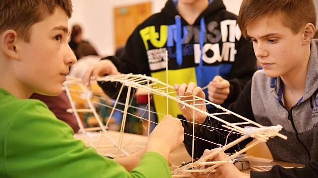 Žáci základních škol soutěžili ve stavění mostů ze špejlí.
