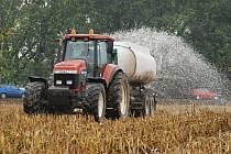 Na protest ve čtvrtek na jedenácti místech republiky vylili zemědělci tisíce litrů mléka. Na pole mezi Bořitovem a Lysicemi na Blanensku ve čtvrtek vyjelo sedmi cisteren plných čerstvého mléka.
