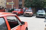 Pět desítek aut značky Škoda od šedesátiletých veteránů až po téměř nejnovější typ Octavie si lidé mohli prohlédnout na parkovišti u hotelu Dukla v Blansku. O víkendu se ve městě totiž konal už osmý sraz škodovek, který pořádá partička tamních nadšenců.