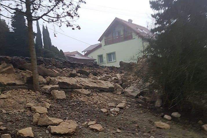 Ve Velkých Opatovicích se sesunula část zámecké zdi