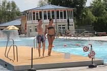 Teplé počasí přilákalo lidi k vodě.