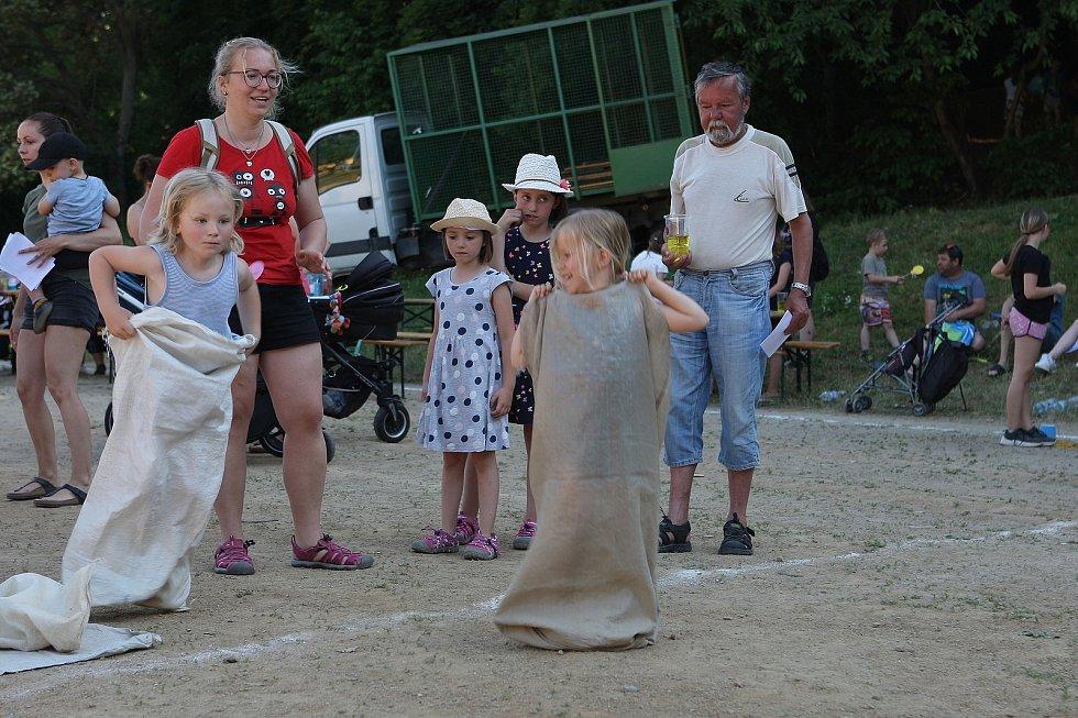 Hřiště u základní školy v adamovské ulici Ronovská ovládl v pátek dětský den. Městský klub mládeže pro příchozí připravil řadu soutěží a her. Nechyběl ani skákací hrad a obří nafukovací skluzavka.