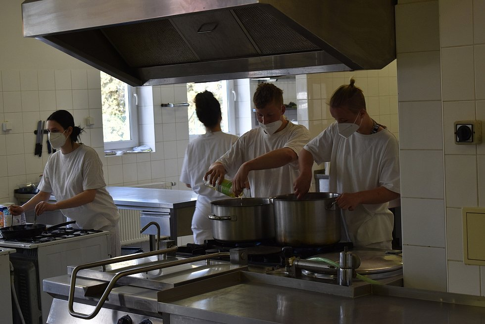 Studenti Střední školy technické a gastronomické Blansko opět nastoupili do odborného výcviku.