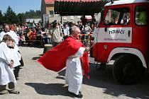 Šest stovek hasičů se sjelo do Křtin k osmému ročníku hasičské pouti. Další stovky diváků přihlížely ukázkám historické i moderní techniky a zásahům při fingovaném požáru. Farář prnka sloužil mši ke svatému Floriánovi a zároveň pokřtil hasičskou techniku.