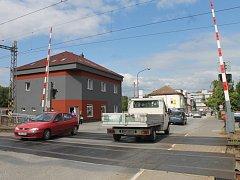 Řidiče v Blansku čeká od června zipování. U přejezdu na Staré Blansko budou ve směru od centra dva jízdní pruhy. Zatím jen na zkoušku.