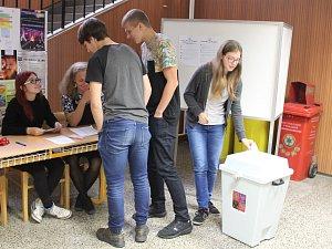 Studenti si nanečisto zkoušejí volby. Hlasy dávali TOP09 nebo třeba Pirátům